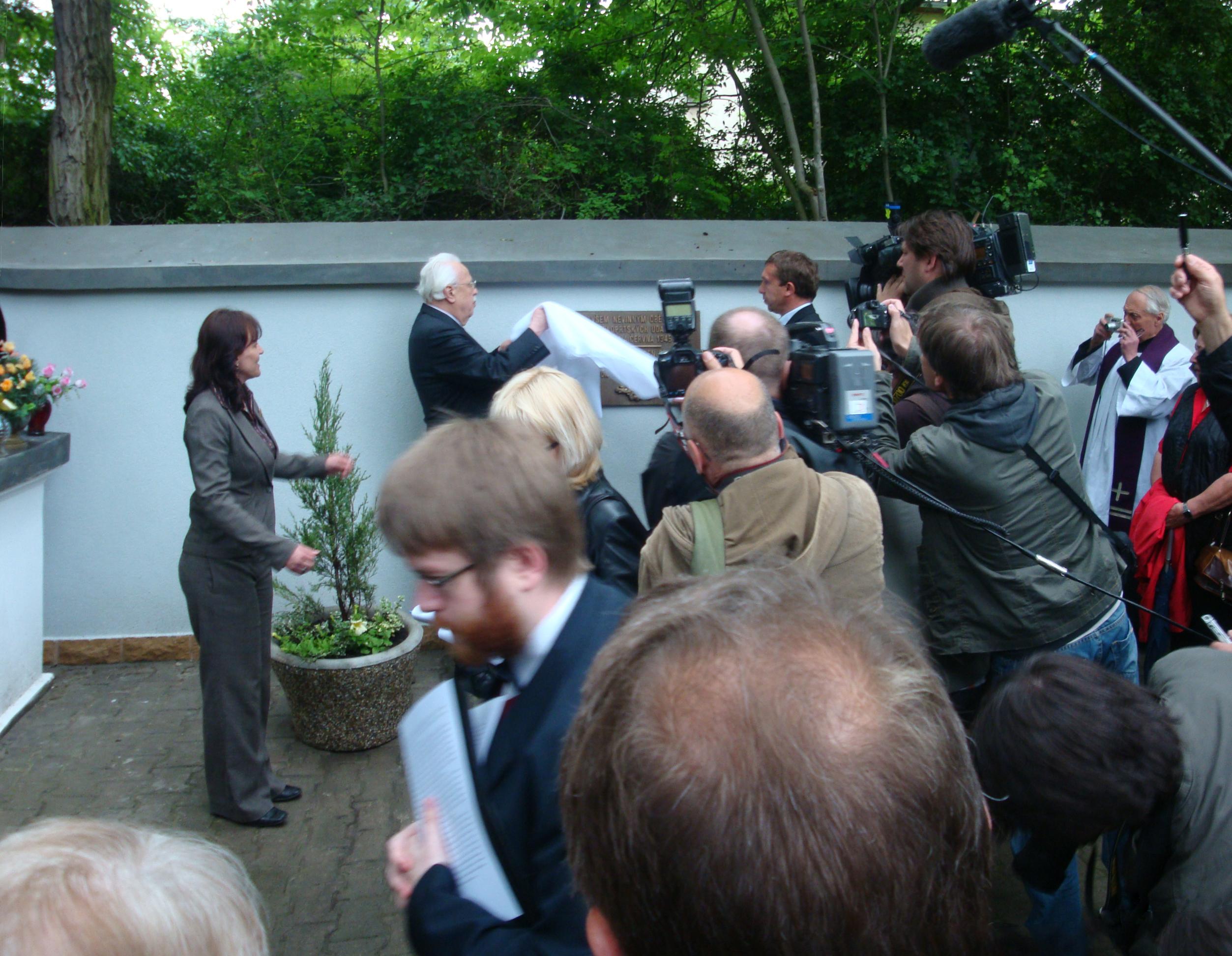 2010 Enthüllung der Gedenktafel für die Opfer von Postelberg mit großem Medienaufgebot